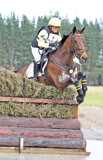 CIC3* winners Angela Lloyd and Song.