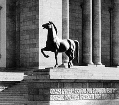 One of Josef Thorak's horses outside the Chancellery in Berlin. Photo: Bundesarchiv, Bild 146-1985-064-24A / CC-BY-SA via Wikipedia