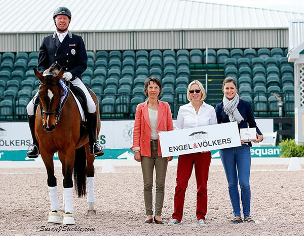 Christer Egerstrom and Bello Oriente in their presentation ceremony with judge Isabelle Judet, Birgit Grafe of Engel & Völkers, and Cora Causemann of AGDF.