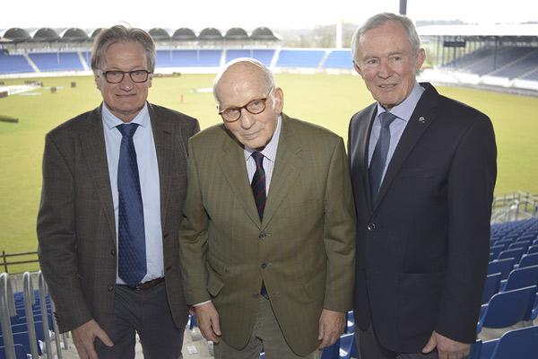 Hans Günter Winkler withALRV Chairman Frank Kemperman, left, and Carl Meulenbergh,President of the Aachen-Laurensberger Rennverein (ALRV).